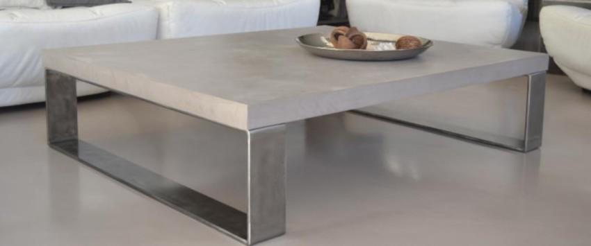 table basse aux pieds métalliques et au plateau en béton