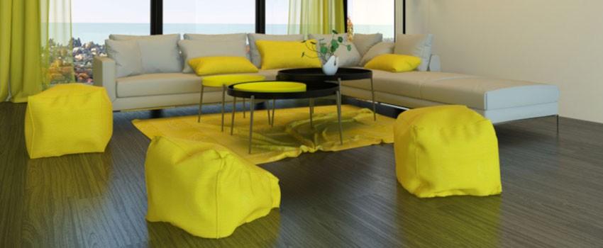 poufs jaunes autour de la table basse noire