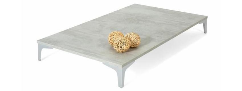 table basse effet béton couleur ciment aux pieds en fer chromé
